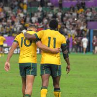 【イングランドーオーストラリア】準々決勝で敗退し、肩を抱き合ってグラウンドを後にするオーストラリアのリアリーファノ(左)とコロイベティ=昭和電工ドーム大分で2019年10月19日、徳野仁子撮影