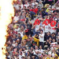 【イングランド―オーストラリア】選手たちに声援を送る客席のファンたち=昭和電工ドーム大分で2019年10月19日、森園道子撮影