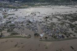 台風19号による大雨で増水し氾濫した千曲川の決壊した堤防=長野市穂保で2019年10月13日午前8時15分、本社ヘリから