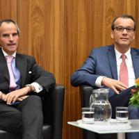 IAEA事務局長選の候補者演説会に臨むラファエル・グロッシ氏(左)とコルネル・フェルータ氏=ウィーンで2019年10月2日午前10時26分、三木幸治撮影