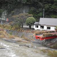 崩落した高地原橋。奥のラーメン店にも川の水が大量に流れ込んだという=福島県矢祭町で2019年10月19日午前10時18分、古川幸奈撮影