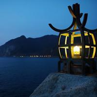 江戸時代に作られた灯台「定灯篭」のレプリカ。今は夜になるとLEDの光が点滅する=北海道せたな町で2019年10月2日、貝塚太一撮影