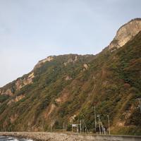 太田神社の本殿は写真右上の山の中腹にある。写真左下の鳥居から険しい急斜面を登る=北海道せたな町で2019年10月2日、貝塚太一撮影