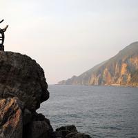 青銅製で復元された江戸時代の灯台「定灯篭」。当時、海難事故が多かった沖合のために地元の人たちが交代で魚油の火を点した=北海道せたな町で2019年10月2日、貝塚太一撮影
