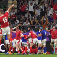 【ウェールズーフランス】後半、トライが決まり喜ぶウェールズの選手たち=昭和電工ドーム大分で2019年10月20日、徳野仁子撮影