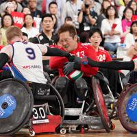 【日本-英国】第4ピリオド、ボールをキープする島川慎一(中央)=東京体育館で2019年10月20日、佐々木順一撮影