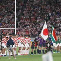 【日本-南アフリカ】試合前、台風19号による犠牲者に黙とうをささげる選手と観客ら=東京・味の素スタジアムで2019年10月20日、喜屋武真之介撮影