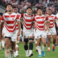 【日本-南アフリカ】南アフリカに敗れ悔しさをにじませる日本代表の選手たち=東京・味の素スタジアムで2019年10月20日、喜屋武真之介撮影
