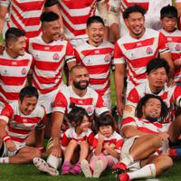 【日本-南アフリカ】試合後、笑顔で記念写真に納まるリーチ(前列中央)ら日本の選手たち=東京・味の素スタジアムで2019年10月20日、長谷川直亮撮影