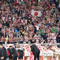 【日本-南アフリカ】敗れた日本の選手ら(手前)の健闘をたたえる観客たち=東京・味の素スタジアムで2019年10月20日、藤井達也撮影