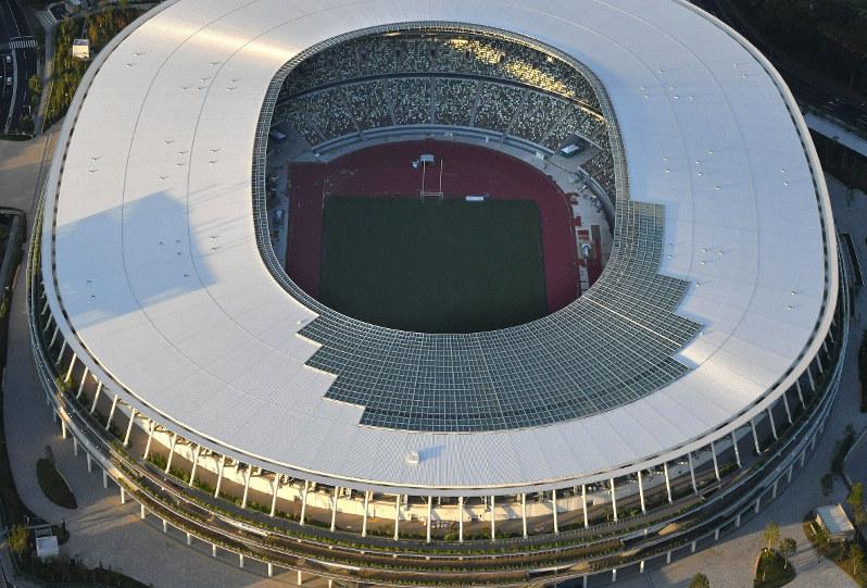 東京五輪後の日本経済は……(陸上競技のトラックの工事が進む新国立競技場、2019年9月25日、本社ヘリから丸山博撮影)