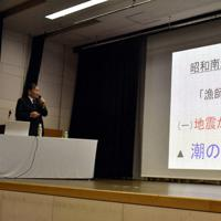 講演する中村不二夫さん=高知市桟橋通4の市立自由民権記念館で、北村栞撮影