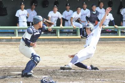 【宮崎日大-鹿児島実】四回表2死二、三塁、大山和泉選手の適時打で本塁に還る二塁走者の池辺海音選手(右)