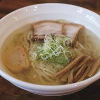 「やっちゃんち」の朝ラー。塩、しょうゆ、みそ、カレーからスープが選べる。写真は塩スープ=筆者撮影