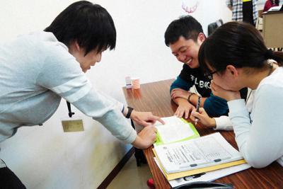 「巣立ちプロジェクト」の1人暮らし準備セミナーで学ぶ高校生たち(右)=千葉市で2018年12月、ブリッジフォースマイル提供