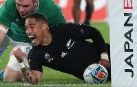 New Zealand's Aaron Smith scores a try in the first half of a Rugby World Cup quarterfinal match against Ireland at Tokyo Stadium (Ajinomoto Stadium) on Oct. 19, 2019. (Mainichi/Yuki Miyatake)