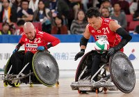 Japan's Yukinobu Ike, right, and Seiya Norimatsu move forward with the ball in the fourth period of their bronze medal match against Britain in the World Wheelchair Rugby Challenge at Tokyo Metropolitan Gymnasium on Oct. 20, 2019. (Mainichi/Junichi Sasaki)