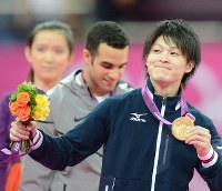 2012 London Olympics -- Japan's Kohei Uchimura shows off his gold medal after winning the individual all-around event in men's gymnastics. It was the first gold medal in 28 years for a Japanese gymnast in the individual all-around event following Koji Gushiken's victory at the 1984 Los Angeles Games. (Mainichi/Ryoichi Mochizuki)