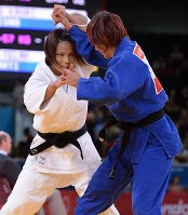 2012 London Olympics -- Japan's Kaori Matsumoto, left, competes on her way to winning the gold medal in the 57-kilogram division in women's judo. (Mainichi/Masaru Nishimoto)