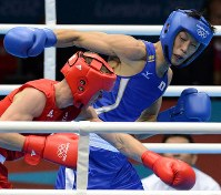 2012 London Olympics -- Japan's Satoshi Shimizu fights against Britain's Luke Campbell in a semifinal match in the bantamweight class in men's boxing. Shimizu lost the bout but went on to secure the bronze medal. (Mainichi/Ryoichi Mochizuki)