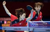 2012 London Olympics -- Japan's Kasumi Ishikawa, left, and Sayaka Hirano compete against China in the doubles final in women's table tennis. Japan lost the final 0-3. (Mainichi/Masaru Nishimoto)