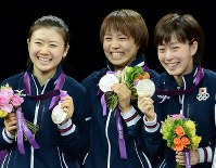 2012 London Olympics -- Members of the Japanese women's table tennis team smile as they show off their silver medals they captured in the team event. Japan secured medals in table tennis for the first time in history. From left, members Ai Fukuhara, Sayaka Hirano and Kasumi Ishikawa are seen. (Mainichi/Ryoichi Mochizuki)