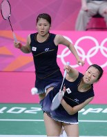 2012 London Olympics -- The Japanese pair of Mizuki Fujii, rear, and Reika Kakiiwa compete on their way to winning a semifinal match against a Canadian pair in the doubles in women's badminton. (Mainichi/Masaru Nishimoto)