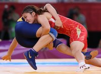 2012 London Olympics -- Japan's Kaori Icho tackles China's Jing Ruixue to score a point in the final of the 63-kilogram division in women's wrestling. Icho won her third consecutive gold medal following her success at the 2004 Athens and 2008 Beijing events. (Mainichi/Junichi Sasaki)