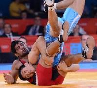 2012 London Olympics -- Japan's Tatsuhiro Yonemitsu tackles India's Sushil Kumar to score a point in the final of the 66-kilogram division in men's freestyle wrestling. (Mainichi/Masaru Nishimoto)