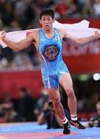 2012 London Olympics -- Japan's Tatsuhiro Yonemitsu waves a national flag after winning the gold medal in the 66-kilogram division in men's freestyle wrestling. (Mainichi/Junichi Sasaki)