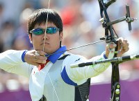 2012 London Olympics -- Japan's Takaharu Furukawa competes in the men's individual archery on his way to securing a silver medal. His achievement follows that of Hiroshi Yamamoto, who took the silver in the sport in the 2004 Athens Games. (Mainichi/Ryoichi Mochizuki)