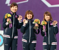 2012 London Olympics – Members of the Japanese women's archery team smile as they show off their bronze medals. From left, Ren Hayakawa, Miki Kanie and Kaori Kawanaka are seen. (Mainichi/Junichi Sasaki)