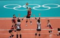 2012 London Olympics -- Japan's Saori Kimura hits the ball against South Korea in the bronze medal match in the women's volleyball. (Mainichi/Tsuyoshi Morita)