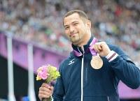 2012 London Olympics -- Japan's Koji Murofushi smiles while showing his bronze medal at the award ceremony for the men's hammer throw. (Mainichi/Ryoichi Mochizuki)