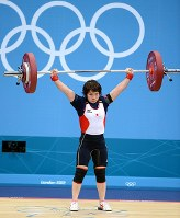 2012 London Olympics -- Japan's Hiromi Miyake competes on her way to taking the silver medal in the 48-kilogram division in women's weightlifting. She is a niece of Yoshinobu Miyake, who won gold medals in the sport at the 1964 Tokyo and 1968 Mexico City games. (Mainichi/Ryoichi Mochizuki)