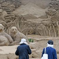 開幕したあしや砂像展で、作品に見入る人たち=福岡県芦屋町で2019年10月18日午前11時21分、矢頭智剛撮影