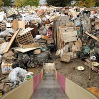 公園が利用された災害廃棄物の仮置き場。すべり台の向こうに、廃棄物が山のように積まれていた=長野市赤沼で2019年10月19日午後1時36分、小川昌宏撮影