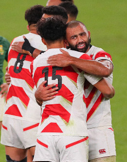 Japan's Michael Leitch, right, and other team members console each other after Japan was defeated by South Africa 26-3 in a Rugby World Cup quarterfinal match at Tokyo Stadium on Oct. 20, 2019. (Mainichi/Naoaki Hasegawa)
