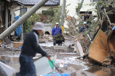 千曲川の氾濫で被災した穂保地区の家の片付けをする被災者ら=長野市で2019年10月15日、宮武祐希撮影