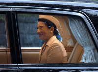 Japan's Empress Masako is driven from the Akasaka Imperial Residence in Tokyo's Minato Ward on the morning of Oct. 22, 2019, prior to the proclamation of Emperor Naruhito's enthronement later in the day. (Mainichi/Kimi Takeuchi)