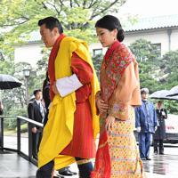 「即位礼正殿の儀」に参列するため宮殿に入るブータンのワンチュク国王夫妻=皇居・宮殿北車寄で2019年10月22日午後0時48分、宮間俊樹撮影