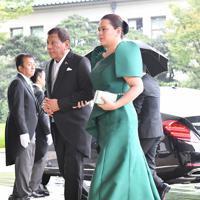 「即位礼正殿の儀」参列のため宮殿に入るフィリピンのドゥテルテ大統領(左)=皇居・宮殿北車寄で2019年10月22日午後0時44分、宮間俊樹撮影