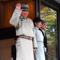 「即位礼正殿の儀」参列を終えて皇居・宮殿を出るモンゴルのフレルスフ首相夫妻=皇居・宮殿北車寄で2019年10月22日午後2時20分、宮間俊樹撮影