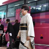 「即位礼正殿の儀」参列のため宮殿に入るデザイナーのコシノジュンコさん=皇居・宮殿北車寄で2019年10月22日午前11時27分、宮間俊樹撮影