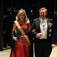 「饗宴の儀」に参列するため、宮殿に入るオランダのウィレム・アレクサンダー国王夫妻=皇居・宮殿で2019年10月22日午後8時5分、小川昌宏撮影