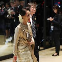 「饗宴の儀」に参列するため、宮殿に入るミャンマーのアウンサンスーチー国家最高顧問兼外相=皇居・宮殿で2019年10月22日午後7時48分、小川昌宏撮影