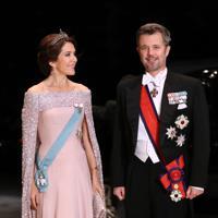 饗宴の儀に参列するため、宮殿に入るデンマークのフレデリック皇太子夫妻=皇居で2019年10月22日午後7時45分、佐々木順一撮影