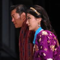 饗宴の儀に参列するため、宮殿に入るブータンのワンチュク国王夫妻=皇居で2019年10月22日午後8時5分、佐々木順一撮影