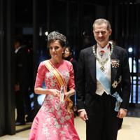 「饗宴の儀」に参列するため、宮殿に入るスペインのフェリペ国王夫妻=皇居・宮殿で2019年10月22日午後8時4分、小川昌宏撮影