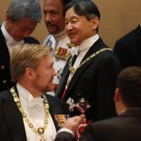 饗宴の儀に臨まれる天皇陛下=皇居・宮殿「豊明殿」で2019年10月22日午後9時(代表撮影)